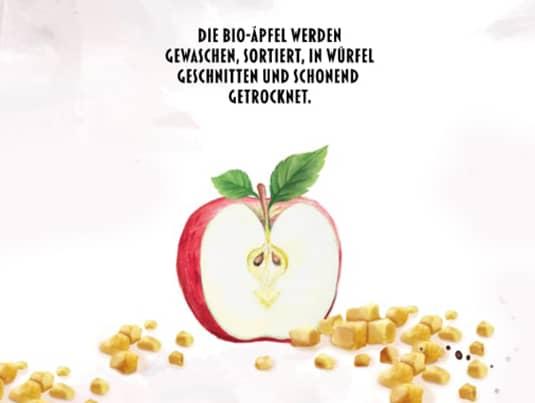 Bio Äpfel werden getrocknet und in Würfel geschnitten